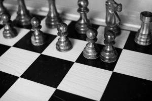 Sjakkbord med 70 mm feltstørrelse og Fransk Staunton sheesham 113 mm brikker. 3 millimeter klaring på hver side viser at disse brikkene passer veldig godt til dette sjakkbordet.